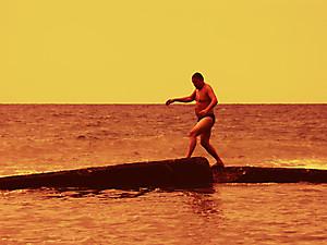 Мальчик бегущий по волнам