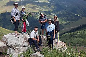 Архыз. Туристы в горах.
